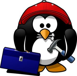 Tux segurando ferramentas. Fonte: Pixabay